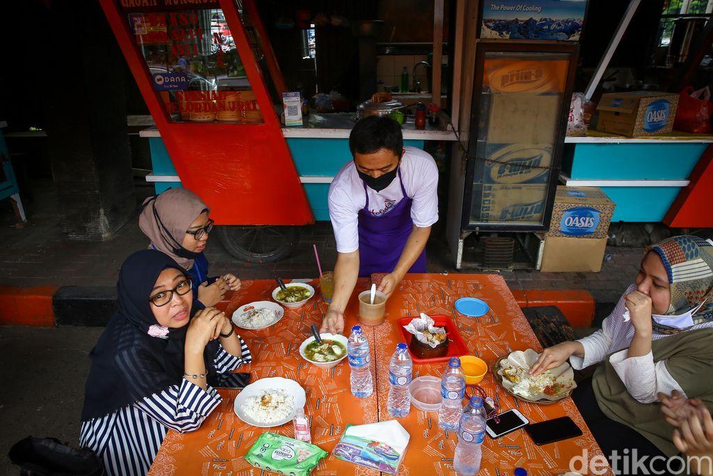 Setelah beberapa bulan tutup akibat wabah Corona kini  PKL  di Taman Tenda BNI 46 kembali membuka lapaknya, Jakarta, Rabu (1/7/2020).