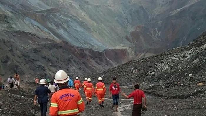 113 jenazah diangkat dari luimpur, usai tanah longsor di Myanmar (AFP Photo)