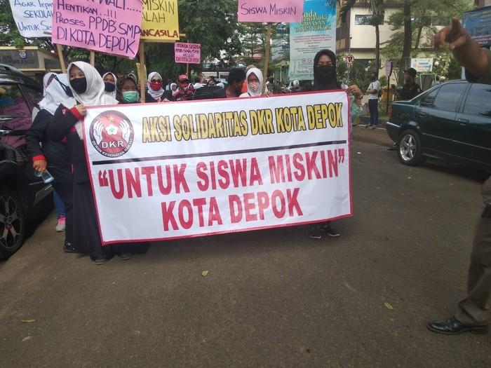 Aksi Demo PPDB di Balkot Depok