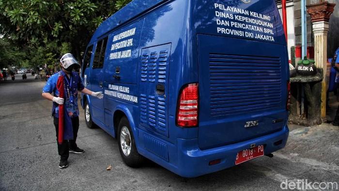Petugas Dinas Kependudukan Dan Pencatatan Sipil dari Keluarahan Lagoa melakukan perekaman E-KTP di Lagoa, Jakarta Utara, Kamis (2/6/2020).