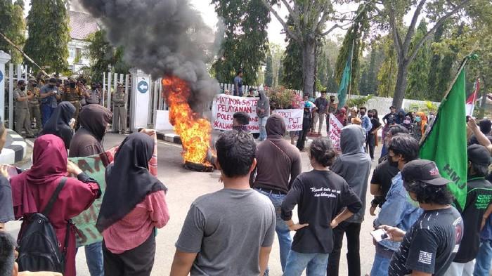 Aksi mahasiswa di Polman.