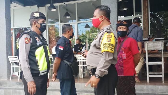 Aparat saat mengamankan bule di Badung, Bali, yang diduga depresi (Dok. Istimewa)