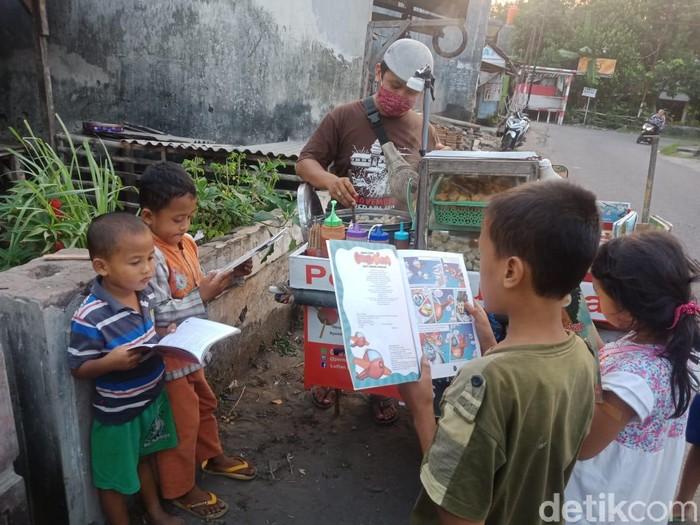 Cegah Anak Kecanduan Gawai, Pedagang Pentol Ini Jualan Sambil Bawa Buku