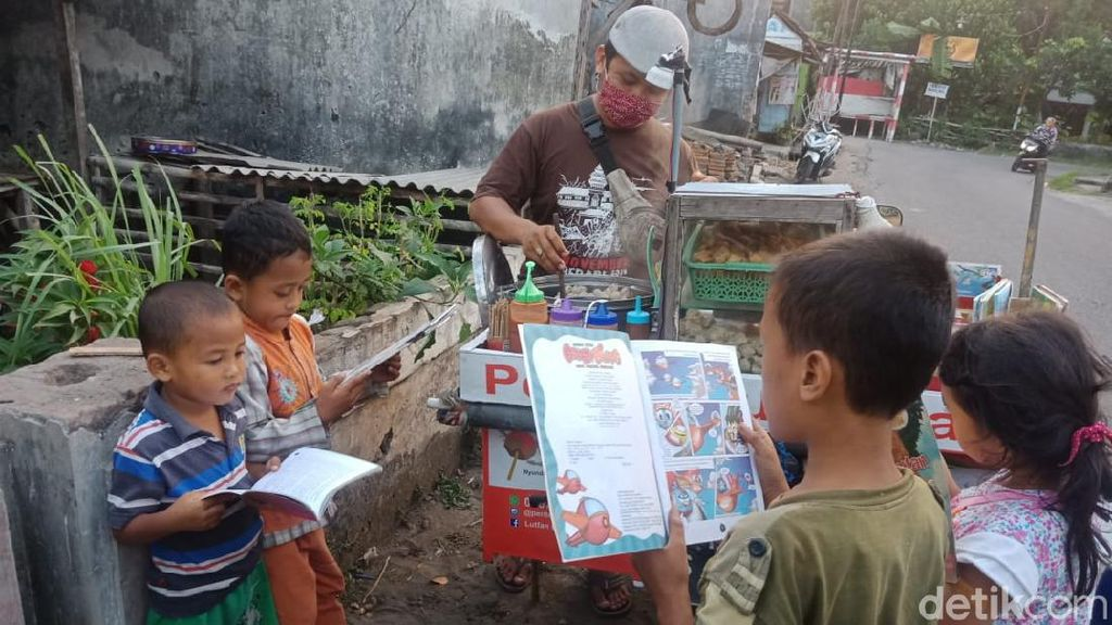 Penjual Pentol Ini Jualan Sambil Bawa Buku, Cegah Anak Kecanduan Gawai