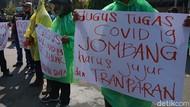 Tuntut Transparansi Anggaran COVID-19, Warga Jombang Demo Pakai Jas Hujan