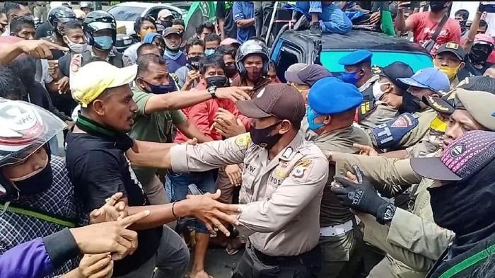 Demo soal PSBB di Balai Kota Ambon ricuh.