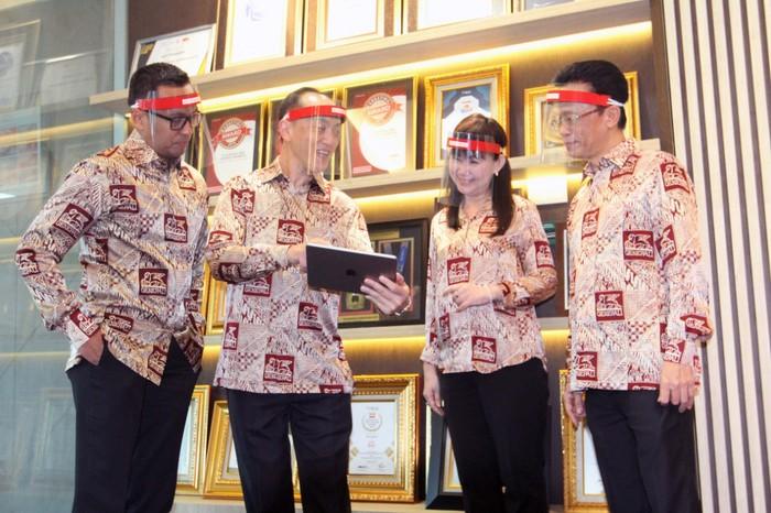 Chief Executive Officer  PT Asuransi Jiwa Generali Indonesia Edy Tuhirman (kedua kiri), berbincang dengan Director, Chief Legal&Compliance Officer R. Arry Bagoes Wibowo (dari kiri), Director, Chief Operating Officer  Jutany Japit dan Director, Chief Finance Officer Edy Purwanto sebelum memberikan penjelasan mengenai kinerja perusahaan secara virtual di Jakarta, Jumat (2/7). Sepanjang tahun 2019 Generali Indonesia mencatat laba sebelum pajak sebesar Rp182 miliar atau tumbuh 25% (yoy) dari tahun sebelumnnya. Selain itu, kesehatan finansial Generali dalam kondisi prima dengan rasio solvabilitas (RBC) mencapai 423% atau 3,5 kali lipat  diatas ketentuan minimum dari pemerintah yakni 120%.