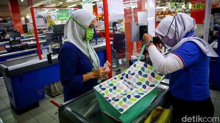 Pemprov DKI Jakarta larang penggunaan kantong plastik sejak 1 Juli. Sebagai wujud dukungan, Transmart sediakan kantong ramah lingkungan untuk pelanggan.