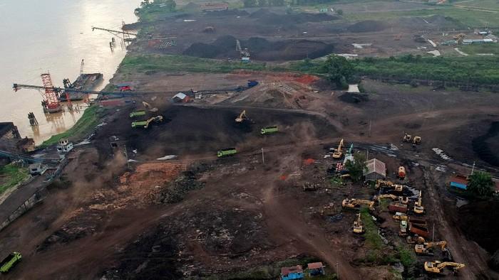 Suasana saat pekerja beraktivitas di tempat penumpukan sementara batu bara, Muarojambi, Jambi, Rabu (1/7/2020). Kementerian Energi dan Sumber Daya Mineral (ESDM) mencatat volume ekspor batu bara Indonesia periode Januari - Mei 2020 turun 10 persen dibandingkan periode yang sama tahun sebelumnya, yakni dari 193,82 juta ton pada 2019 menjadi 175,15 juta ton pada tahun ini. ANTARA FOTO/Wahdi Septiawan/foc.