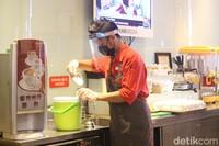 Sedangkan untuk aturan menjaga kebersihan atau higienitas seperti cuci tangan dan grooming (penampilan karyawan) sejak dulu memang sudah dilakukan sesuai standar dari Jerman dan Prancis. Hanya, selama pandemi COVID-19, dilakukan jaga jarak di dapur dan pengurangan jam kerja untuk karyawan. (Foto: Putu Intan/detikcom)