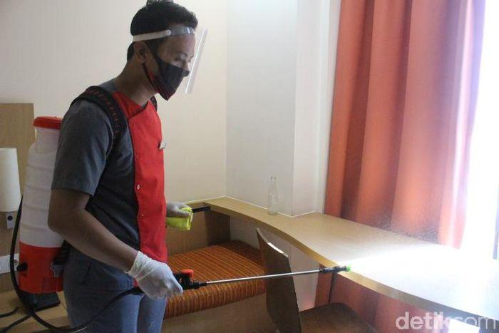 Foto: Proses Pembersihan Berlapis di Kamar Hotel Ibis Bandung Trans Studio