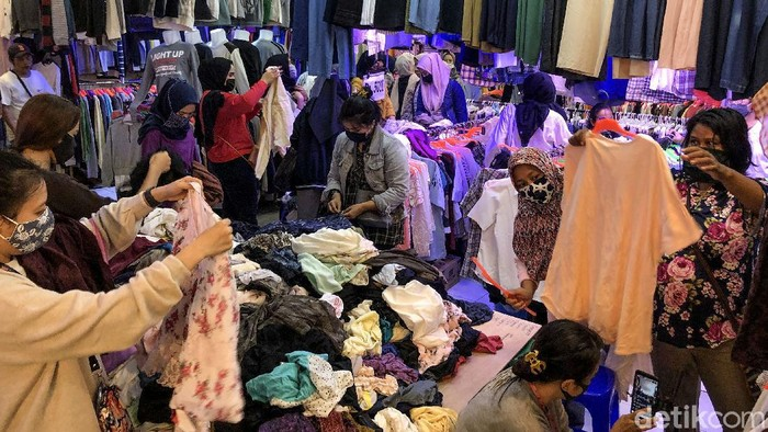 Kawasan Pasar Senen tampak ramai dikunjungi pengunjung usai aturan ganjil-genap di pasar ditiadakan. Kebijakan itu sebelumnya dikeluhkan oleh para pedagang.