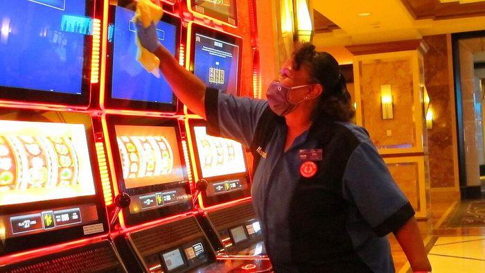 Harrahs Casino di Atlantic City, Amerika Serikat bersiap untuk buka kembali. Penyemprotan disinfektan dilakukan untuk mencegah penyebaran COVID-19.