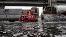 Jalan Yos Sudarso Jakut Tergenang Imbas Diguyur Hujan
