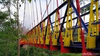 Bangunan jembatan ini sama dengan jembatan gantung pada umumnya. Tapi sekarang, jembatan ini makin cantik setelah dipoles cat berwarna-warni. (Eko Susanto/detikcom)