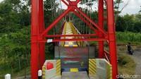 Jembatan ini sempat ditutup selama 4 hari karena cat yang masih basah. Nantinya jika cat telah kering jembatan tersebut akan dibuka kembali. (Eko Susanto/detikcom)