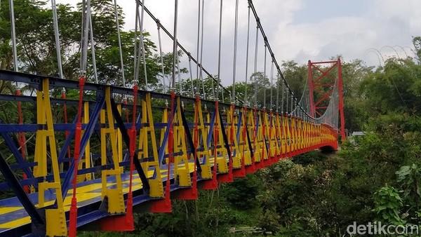Keberadaan jembatan ini sangat penting bagi warga kedua desa tersebut karena mempersingkat jarak tempuh. Jembatan ini melintang di atas Sungai Senowo. (Eko Susanto/detikcom)