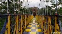 Jembatan Jokowi sekarang sudah bersolek, dicat dengan warna merah, biru tua dan kuning. Jembatan itu pun terlihat bagus dan meriah. (Eko Susanto/detikcom)