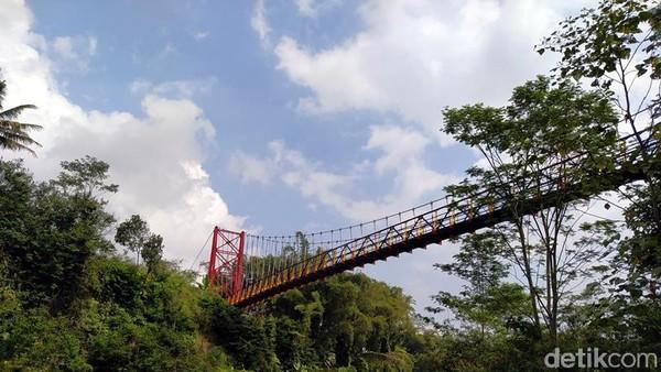 Jika mujur, dari atas jembatan traveler bisa melihat keindahan Gunung Merapi dari kejauhan. (Eko Susanto/detikcom)