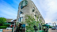 Meski cuma kedai Drive Thru, tapi kedai Starbucks di Samut Sakhon ini pantas diacungi jempol. (Getty Images/banjongseal324)