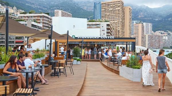 Kalau ini, kedai Starbucks di Monte Carlo yang sepertiga penduduknya adalah Miliuner. Pemandangannya bikin betah ya? (Getty Images/AndreaAstes)