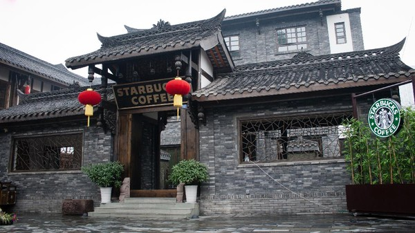 Ini kedai Starbucks di Chengdu, China. Bangunannya mirip di film-film Shaolin ya? (Getty Images/pengpeng)