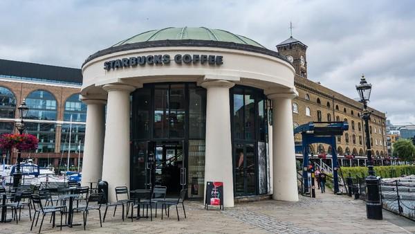 Bertempat di London, kedai Starbucks ini tidak kalah klasiknya dengan yang ada di Wina tadi. (Getty Images/Michael Mulkens)