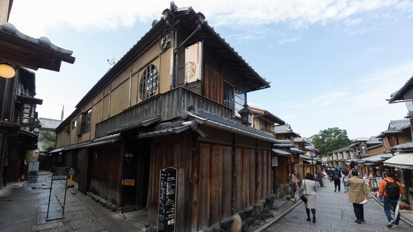 Yang pertama, ada kedai Starbucks Coffee di Kyoto Ninenzaka Yasaka Chaya, Jepang. Inilah kedai Starbucks pertama dengan tempat duduk tatami. Jadi bisa selonjoran seperti di rumah orang Jepang. (Getty Images/winhorse)