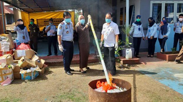 Kejari Makassar musnahkan barang bukti berupa narkoba, kosmetik ilegal, hingga obat berbahaya dengan total bernilai miliaran rupiah (dok. Istimewa)