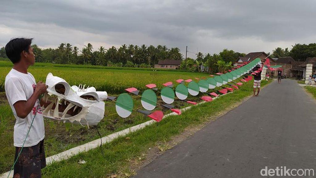 Panjang Banget! Layang-layang di Magelang Ini Rangkaiannya Capai 50 Meter