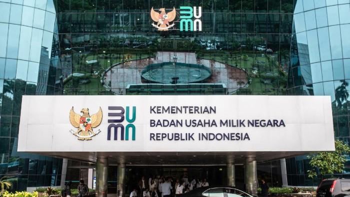 Sejumlah tamu beraktivitas di dekat logo baru Kementerian Badan Usaha Milik Negara (BUMN) di Gedung Kementerian BUMN, Jakarta, Kamis (2/7/2020). Kementerian BUMN meluncurkan logo baru pada Rabu (1/7) yang menjadi simbolisasi dari visi dan misi kementerian maupun seluruh BUMN dalam menatap era kekinian yang penuh tantangan sekaligus kesempatan. ANATAR FOTO/Aprillio Akbar/nz