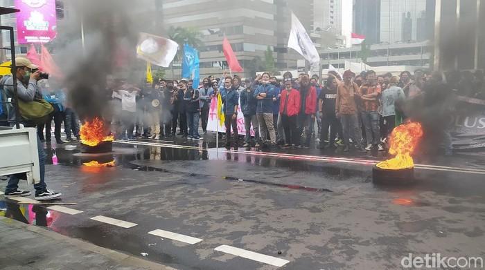 Mahasiswa aksi tuntut keringanan UKT bakar ban di depan Kemendikbud.
