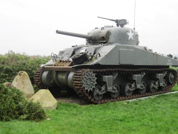 Ada pula tank Sherman M4 A4 yang diketahui digunakan oleh militer Amerika dan sekutu saat Perang Dunia II. Tank Sherman M4 ini diketahui merupakan kendaraan perang yang cukup andal dengan harga produksi yang cukup murah dan diproduksi secara massal. Istimewa/Dok. www.remembermuseum.be.