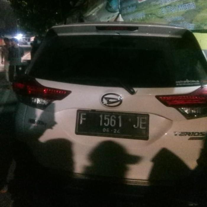 Mobil Tabrak 3 Pengendara Motor Hingga Warung Kopi di Jaktim
