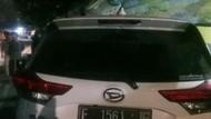 Sopir Diduga Mengantuk, Mobil Seruduk 3 Pemotor hingga Warung Kopi di Jaktim