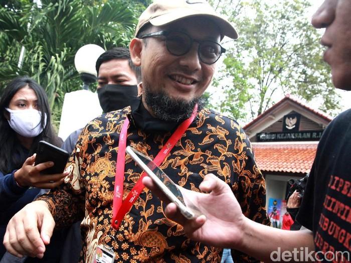 Penyidik KPK Novel Baswedan memenuhi panggilan Komisi Kejaksaan RI (Komjak RI) hari ini soal polemik tuntutan 1 tahun penjara terhadap dua terdakwa kasus teror terhadapnya.