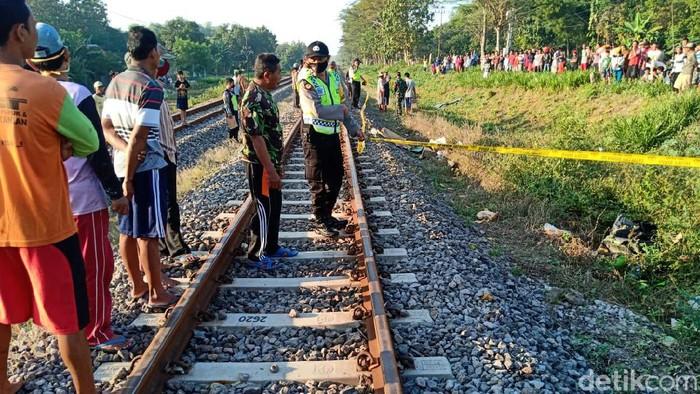 pasutri tewas tertabrak kereta api