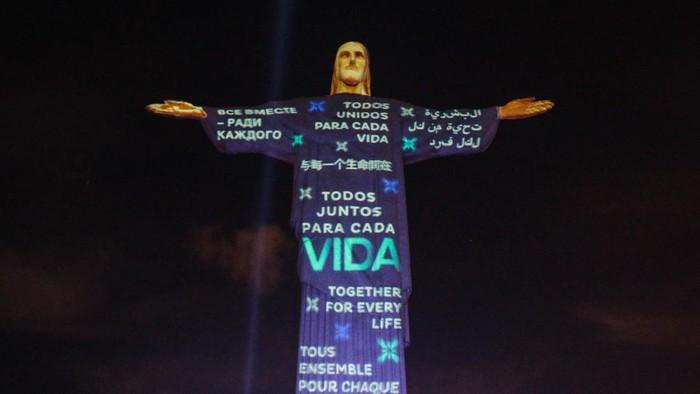 Pesan solidaritas kembali diproyeksikan pada patung Yesus di Rio. Hal itu dilakukan sebagai penghormatan kepada para korban pandemi COVID-19.