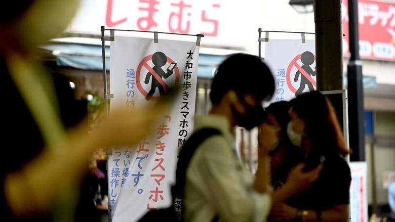 Pedestrian tanpa ponsel di Jepang