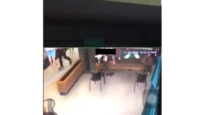 Pelecehan di kafe dengan mengintip CCTV
