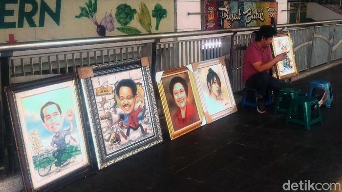 Di tengah perpanjangan masa PSBB Transisi, para pelukis di Blok M Square, Jakarta, Kamis (2/7/2020), tetap membuka lapak. Jasa lukis ini sepi orderan.