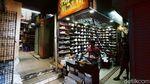 Pemburu Sepatu Hilang, Pasar Taman Puring Sepi Pembeli