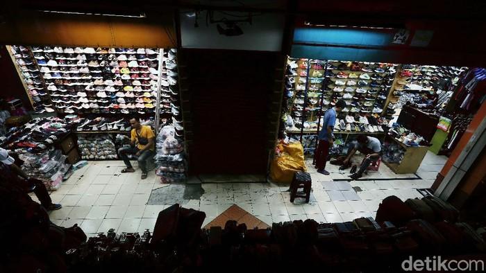 Deretan toko sepatu di Pasar Taman Puring, Jakarta, ikut terdampak pandemi Corona. Toko tersebut sepi karena para pemburu sepatu bermerek lenyap.
