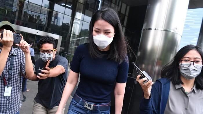 Karyawan swasta Agnes Jennifer (kedua kanan) meninggalkan Kantor KPK usai diperiksa di Jakarta, Kamis (2/7/2020). Agnes Jennifer diperiksa sebagai saksi dalam penyidikan kasus suap dan gratifikasi terkait perkara di Mahkamah Agung (MA) pada tahun 2011-2016 untuk tersangka mantan Sekretaris MA Nurhadi. ANTARA FOTO/Sigid Kurniawan/nz.