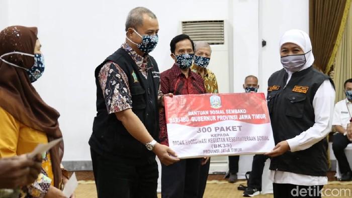 pemprov jatim memberikan bantuan 2300 paket sembako kepada lansia