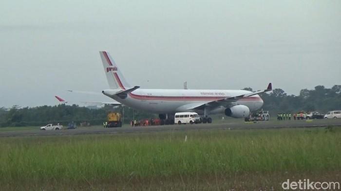 Pesawat Airbus A330 Garuda Indonesia tergelincir di Bandara Sultan Hasanuddin, Maros (Bakrie-detikcom).