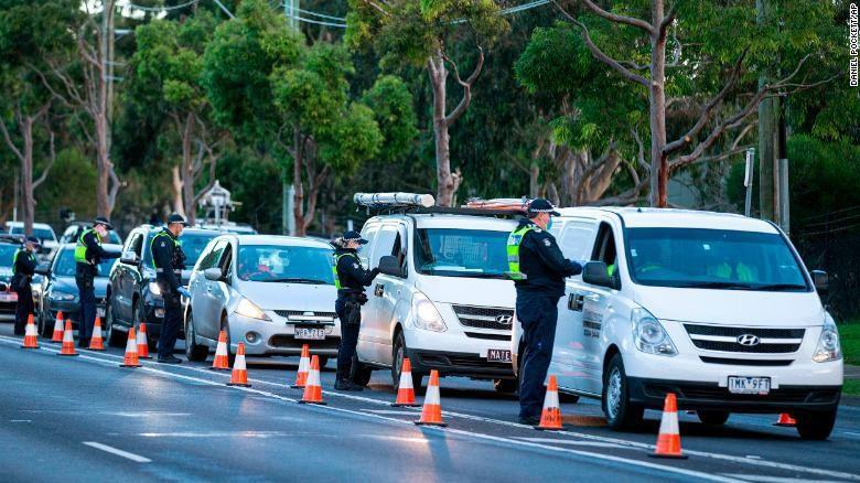 Polisi cek mobil di Melbourne