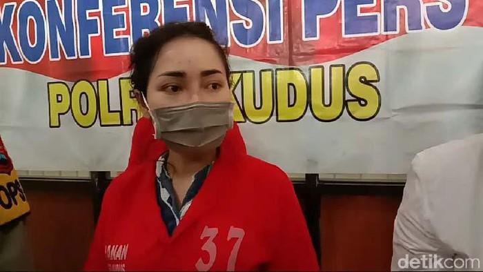 Polres Kudus mengamankan biduan dangdut Ayu Vaganza karena kasus narkoba. Ayu Vaganza ditangkap saat bersama seorang teman lelaki berinisial W (30) di kontrakan.