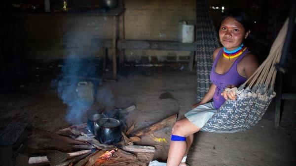 Kehidupan orang suku Yanomami sangat sederhana sekali. Keberadaan mereka kini terancam oleh tambang liar di sepanjang hutan Amazon. (Getty Images/Andressa Anholete)