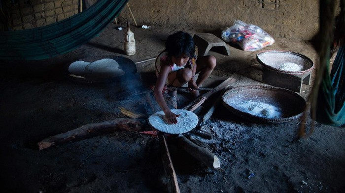 RORAIMA, BRAZIL - JUNE 30: Yanomamis woman cooks indoors at the Auaris on June 30, 2020 in Roraima, Brazil. The Yanomamis live in regions of difficult access and have 25 thousand Indians. Brazil has over 1,402,000 confirmed positive of Coronavirus cases, with 147 among Yanomamis, and 59,594 deaths across the country and 4 among Yanomamis. (Photo by Andressa Anholete / Getty Images)